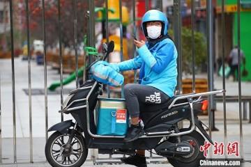 人大代表呼吁保证外卖骑手等新式工作的劳作权益